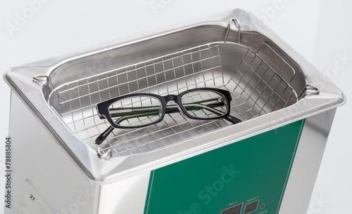 Leinwanddruck Bild Professionelle Brillenreinigung mit einem Ultraschallreiniger