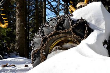 Monsterrad mit Schneeketten im Winter