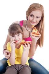 Geschwister essen fröhlich gemeinsam Salami Pizza