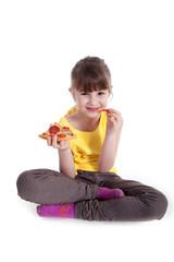 Junges Mädchen isst Pizza im Schneider Sitz