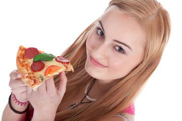 Junge Frau isst ein Stück Salami Pizza