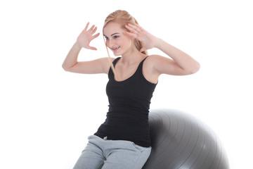 Junge Frau macht Bauchübung auf Gymnastikball