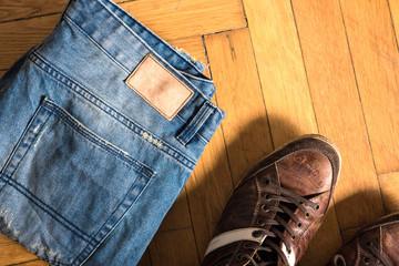 Schuhe und Jeans auf dem Boden