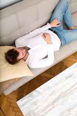 Mittagsschlaf auf dem Sofa