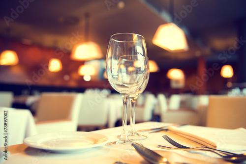 Keuken foto achterwand Situatie Served dinner table in a restaurant. Restaurant interior