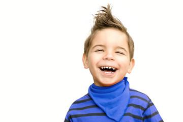 Lachender Junge im blauen Shirt