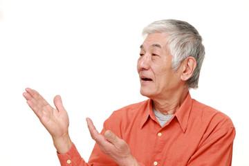 説明をする高齢の男性
