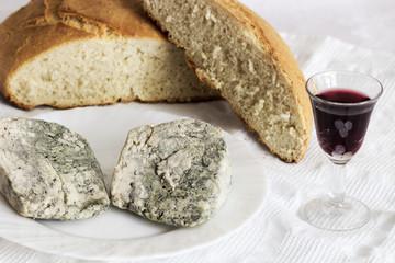 Queso Cabrales, pan casero y vino tinto