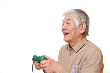 ビデオゲームをプレイする高齢者
