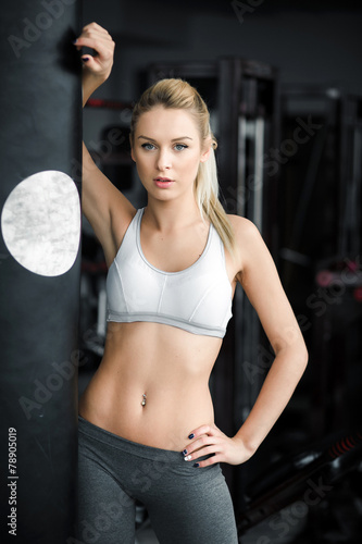 Foto op Plexiglas Fitness Beautiful athletic girl poses in the gym