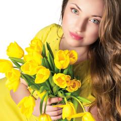 Портрет красивой молодой женщины с букетом тюльпанов