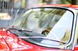 Leinwanddruck Bild - Oldtimer rotes Coupe - Windschutzscheibe