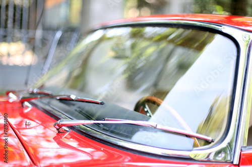 Oldtimer rotes Coupe - Windschutzscheibe - 78914880
