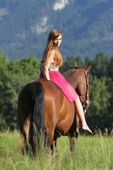 Junge Frau auf Westernpferd