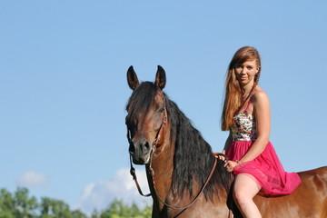 Mädchen mit rosa Kleid auf Westernpferd