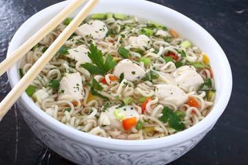 cibo asiatico zuppa con pasta e pollo