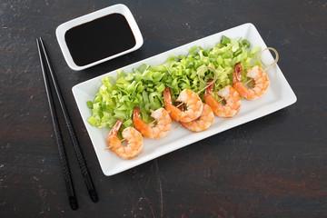 sushi gamberi con insalata verde sfondo grigio