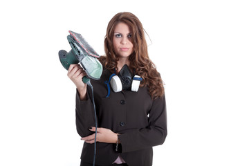 Junge Geschäftsfrau mit Schleifgerät bei der Arbeit