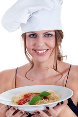 Junge sympathische Frau serviert Spaghetti mit Tomaten Soße