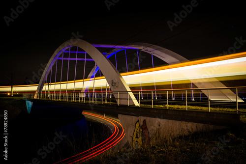 Aluminium Treinstation Railway bridge with train and car lights at night