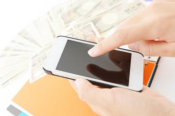 日本の紙幣とスマートフォン