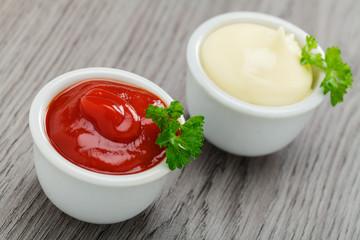 Mayonnaise und Ketchup