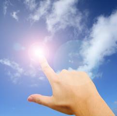 太陽を指差す男性