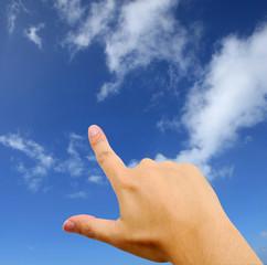 空を指差す男性