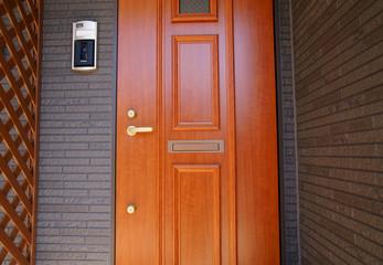 鍵穴が2個ある玄関ドア