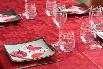 Service de table - assiette blanche, verre, nappe rouge