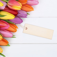 Tulpen Blumen im Frühling oder Muttertag mit leerer Karte auf H