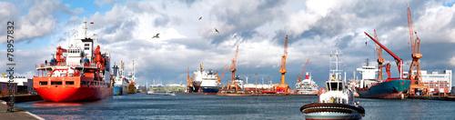Fotobehang Poort Hafenpanorama mit Schlepper