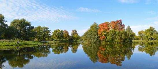 Осенний пейзаж с прудом в Луговом парке.Петергоф.