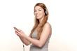 Frau mit Kopfhörer und Smartphone