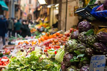 Carciofi si una bancarella in un mercato di frutta e verdura