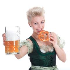 Junge frau mit Brezel und Bier lächelt freundlich