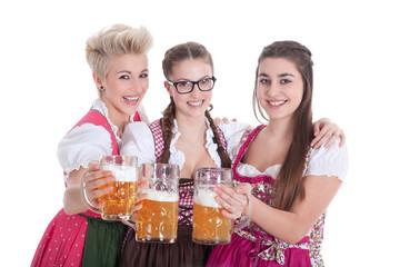 Freundinnen im Dirndl mit Bier stoßen an