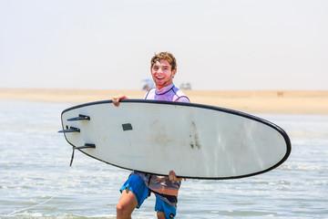 Jugendlicher mit Surfbrett