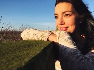 junge Frau lächelt zufrieden