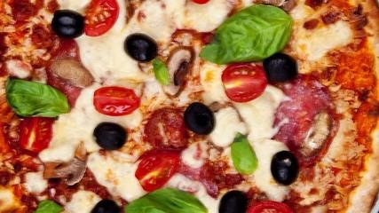 Pan zoom of Italian pizza