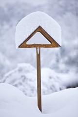casetta per uccelli con neve