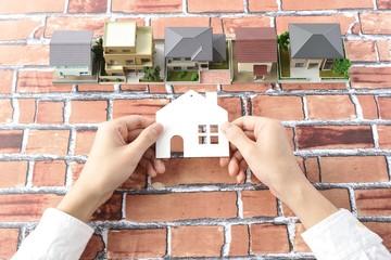 レンガ模様の背景とたくさんの住宅模型