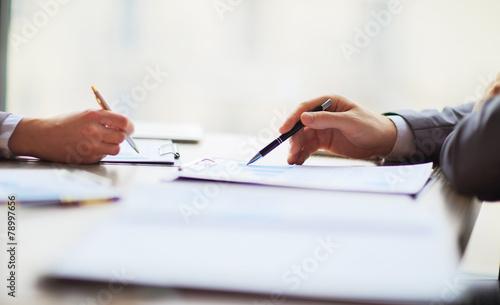 Leinwanddruck Bild Discussing the scheme.