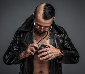 Man holding photo camera.