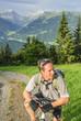 Mountainbiker ruht sich aus