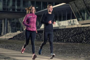 Aktives junges Paar läuft in der Stadt