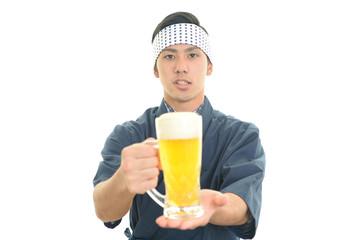 ビールを運ぶ笑顔のウェイター