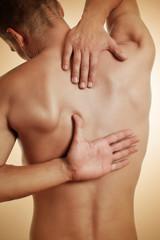 Mann hat Rückenschmerz