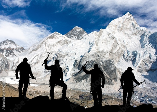 Mount Everest from Kala Patthar and silhouette of men - 79018827