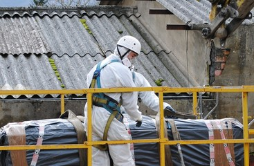 Trabajador con residuos de amianto